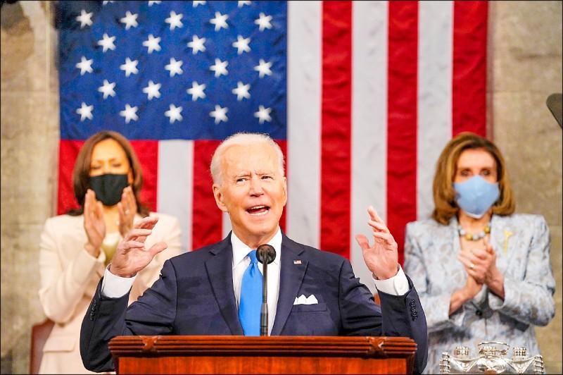 一月二十日就任美國總統的拜登,本月二十八日向國會兩院發表他執政百日的聯席演說,其身後是兼任聯邦參議院議長的副總統賀錦麗(左)和聯邦眾議院議長裴洛西。這也是美國史上首度有兩位女性在國會聯席演說中與總統同框,被譽為歷史性的一刻。(歐新社)