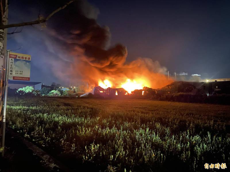 位在桃園市蘆竹區大竹一帶的塑膠製品廠房昨天竄出火舌,火勢延燒猛烈,共造成3間廠房全面燃燒。(記者魏瑾筠攝)