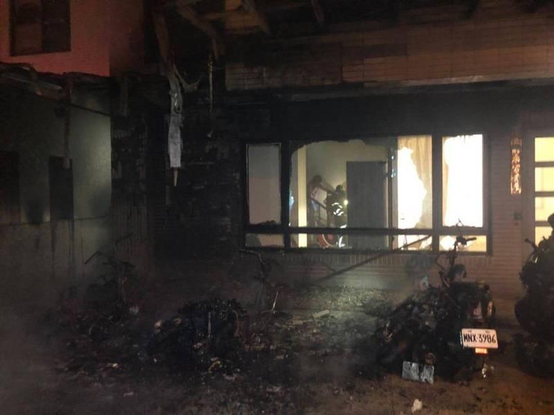 馬公市一處出租套房深夜遭祝融,停放套房前的7部機車連環燒。(澎湖縣政府消防局提供)