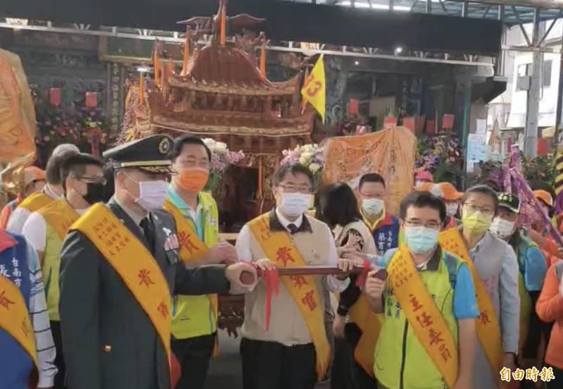 台南市長黃偉哲(中)今早到白河福安宮向「店仔口媽」上香,扶鑾轎出巡。(記者楊金城攝)