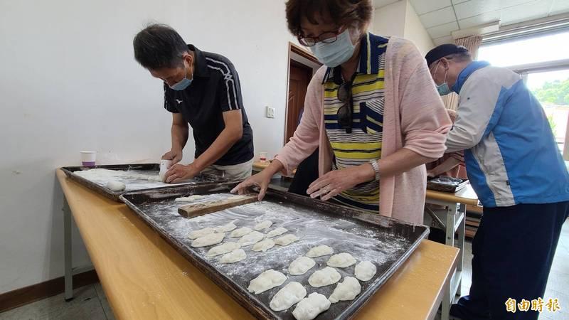 台南永合香餅舖業者郭乃仁(左)帶領學員製作九豬十六羊。(記者劉婉君攝)