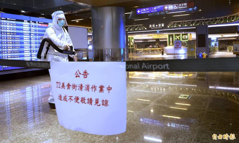 桃園機場公司30日下午接獲通報,有疑似確診人員曾多次至第二航廈B2美食街消費,機場公司獲報後立即關閉該區域,實施清潔消毒作業。(記者朱沛雄攝)