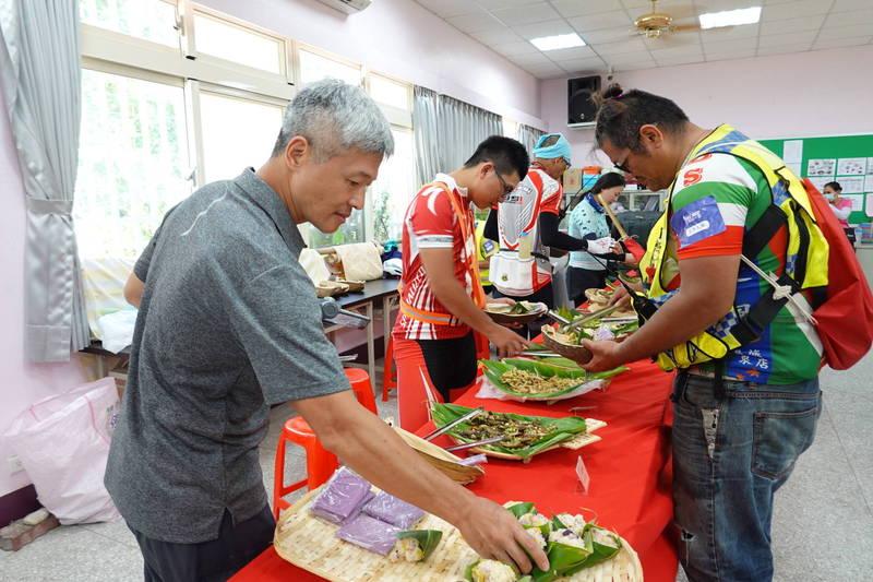 花蓮市「奇萊玩一夏」自行車輕旅行活動,中午將體驗在地風味特色料理。(花蓮市公所提供)