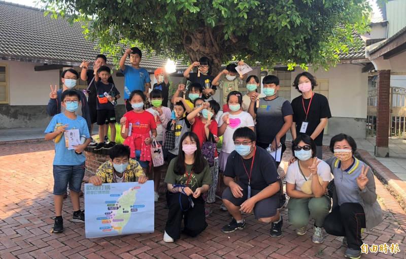 大手牽小手,成大歷史系師生帶領北門小學生到烏腳病紀念園區參訪。(記者楊金城攝)