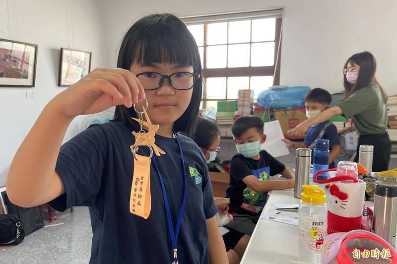小學生體驗用藺草編織兔子吊飾。(記者楊金城攝)