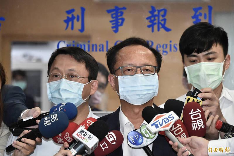 台北市長警察局長陳嘉昌(左二)與被調內勤的原松山分局長林志誠(左一)今30日下午前往台北地檢署應訊。(記者塗建榮攝)
