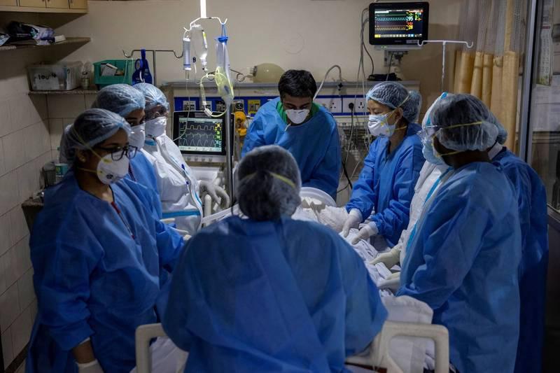 印度近日以來疫情嚴重惡化,除了1800萬起確診病例僅次於美國,病死人數也在27日正式突破20萬人大關,同日新增逾36萬人感染更刷新全球紀錄。(路透資料照)