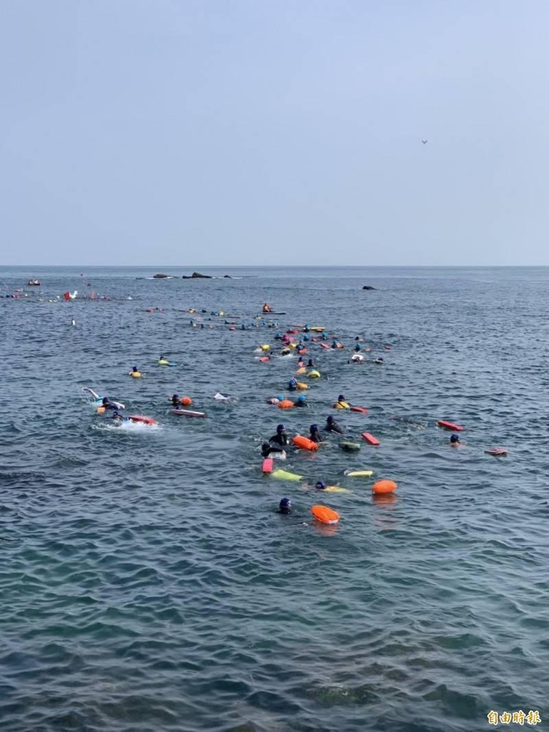 受到近日疫情升溫影響,基隆市政府今天宣布,今年基隆外木山海上長泳活動因應疫情影響,市府基於安全考量,決定取消辦理。(資料照)
