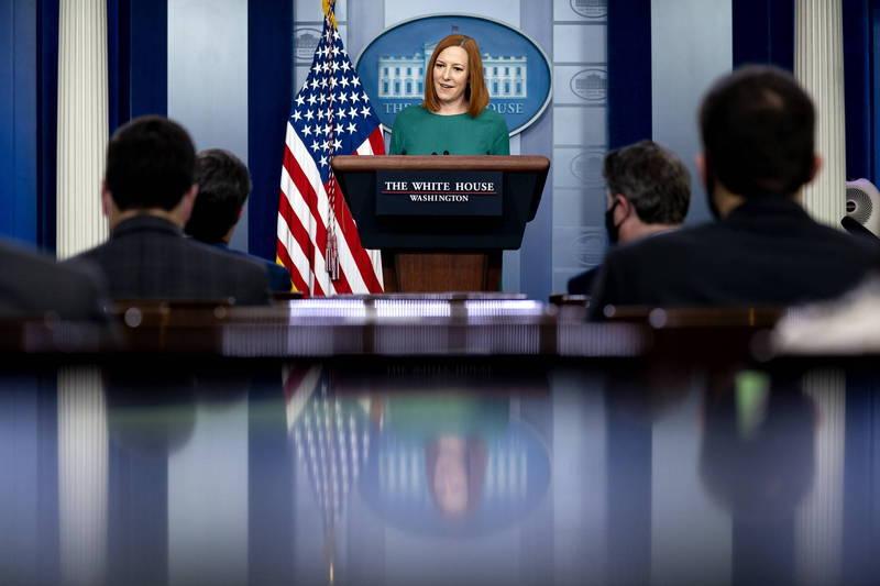白宮發言人莎琪(Jen Psaki)27日在白宮回答記者問題時,現場突然傳出「咿嘎」怪聲,當場嚇到莎琪。(歐新社)