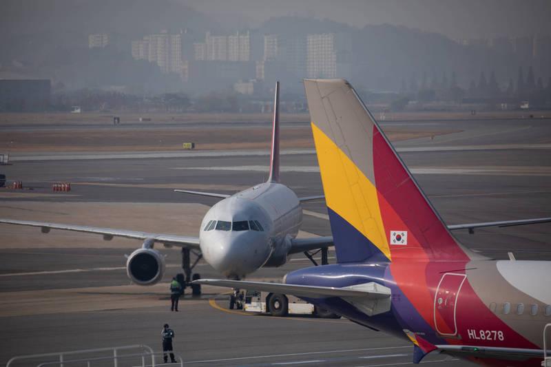 韓國各家航空公司推出「無降落國際觀光飛行」。韓國民航機示意圖。(彭博)
