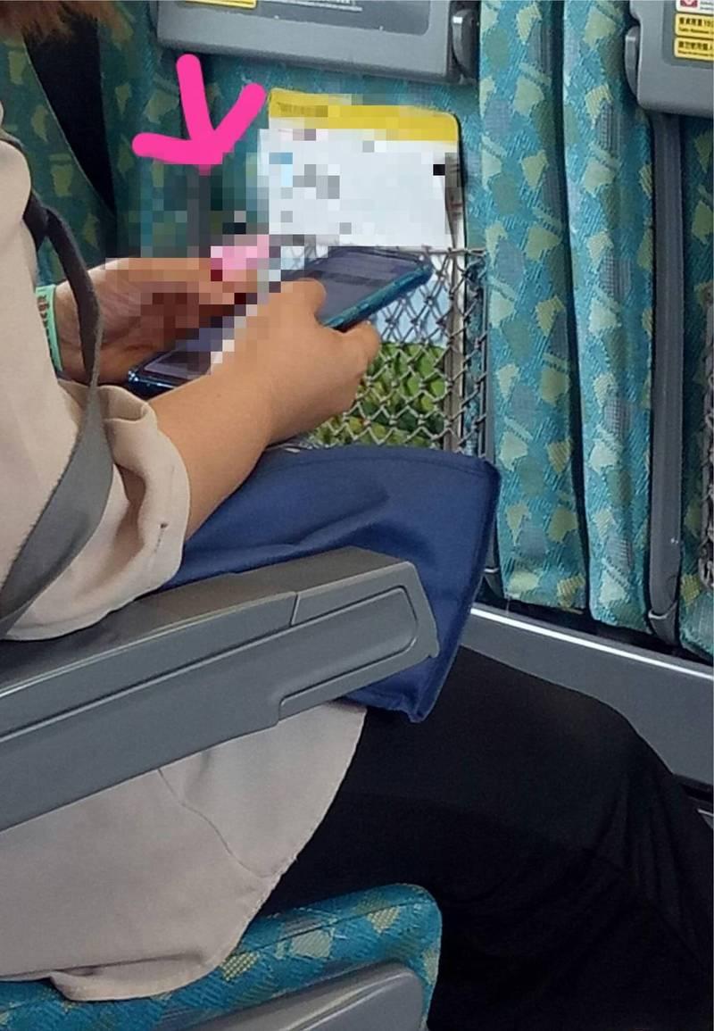 原PO在臉書社團發問,疑惑有民眾拿著這台小粉紅一直在按,不知是何物。(圖擷取自《爆怨2公社》)