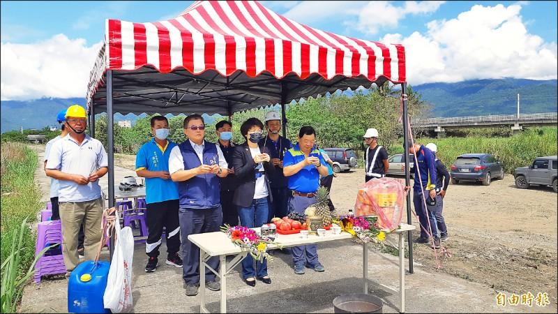 台東市太平溪右岸一路通工程第3標昨天在南王鐵路橋附近舉行開工典禮。(記者黃明堂攝)