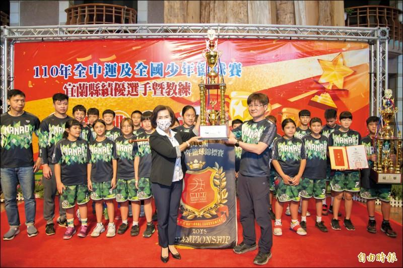 南澳國小在全國少年籃球錦標賽,男子組、女子組各抱一個冠軍返鄉,昨赴縣府接受表揚。(記者蔡昀容攝)