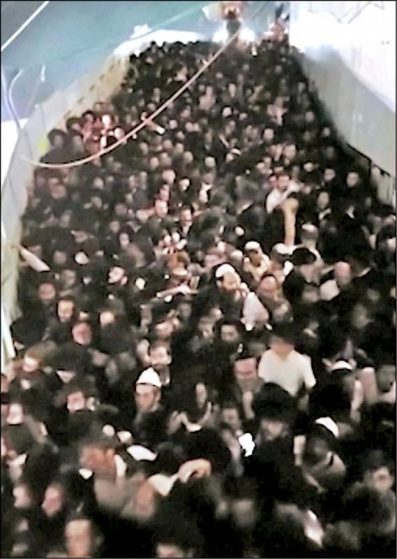 以色列莫蘭山篝火節發生死傷嚴重踩踏事件,大批朝聖者受困在狹窄的坡道進退不得。(取自網路)