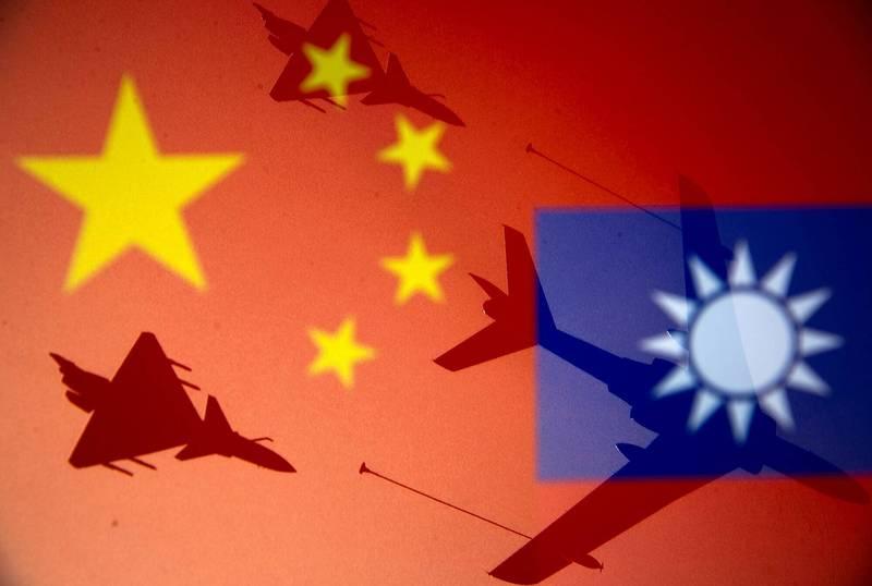 美國智庫學者認為,拜登上台初期的外交政策和安全決策削弱了嚇阻力,這也許會讓中國領導人認為,他們可奪取台灣。圖為台灣國旗、中國五星旗與軍機剪影合成照。(路透)