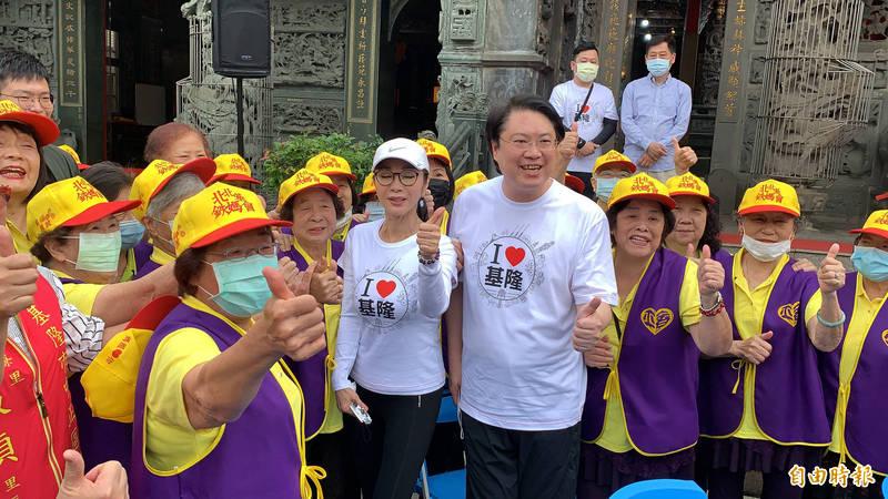 林右昌展開大台北首都圈「騎」福輕旅,出身基隆的藝人陳美鳳也到場共襄盛舉。(記者林欣漢攝)