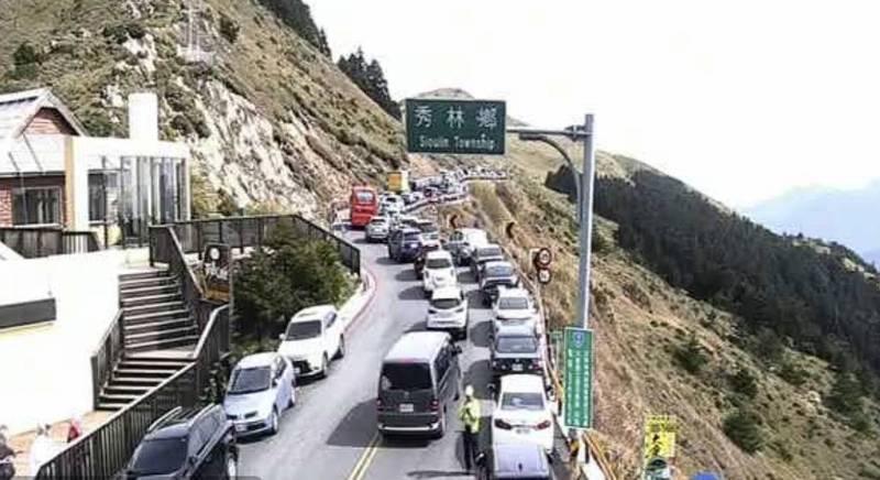 台14甲線合歡山莊至花蓮小風口路段同樣變成大型停車場。(記者佟振國翻攝)