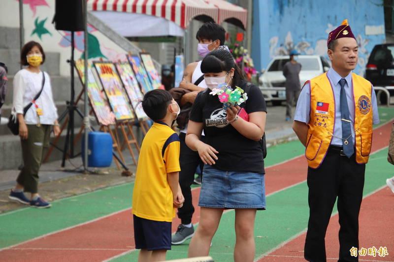 新竹縣新城國小小朋友親手送上手做花束給媽媽表達感謝。(記者黃美珠攝)