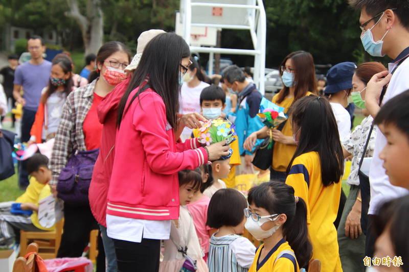 新城國小小朋友們藉著校慶,用手做花束向自己的媽媽或是阿婆表達感謝。(記者黃美珠攝)