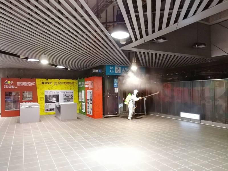 桃園大眾捷運股份有限公司派員完成桃園機場捷運所有車站的全面消毒作業。(記者周敏鴻翻攝)
