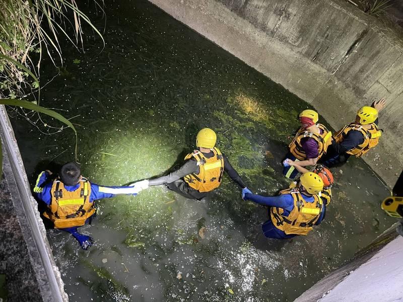 消防人員進入石門大圳漏夜地毯式搜索。(記者許倬勛翻攝)