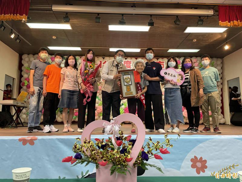 94歲的周高私(右5)榮獲今年度勞工模範母親,今與家人一同參加表揚活動。(記者萬于甄攝)