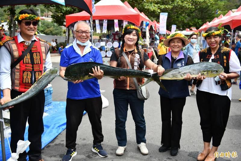 滿州鄉漁民捕撈飛魚鬼頭刀豐收。(記者蔡宗憲攝)