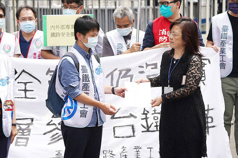 Taiwan Railway Labor Union representatives yesterday deliver a petition outside the Executive Yuan in Taipei calling for independent experts to monitor reforms at the Taiwan Railways Administration. Photo: CNA