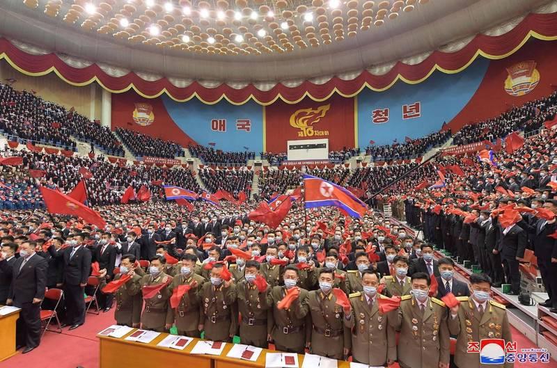 北韓領袖金正恩近期指示嚴加注意年輕人思想及穿著,禁止觀看南韓電影、戲劇的懲罰也隨之加重,北韓傳出消息,已有超過一萬名學生向當局自首,以求減刑。(法新社)