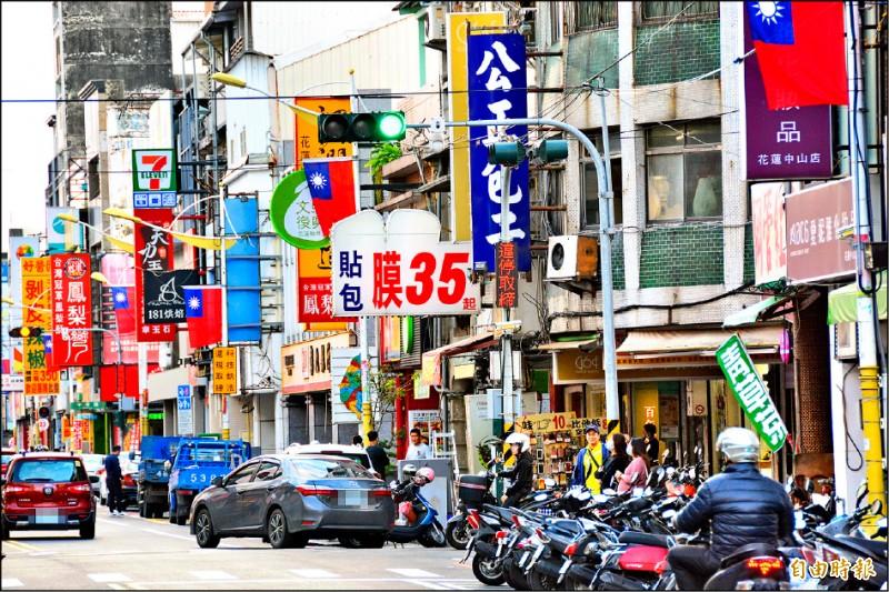 花蓮市中山路為市區最熱鬧商業區段,長期違規停車嚴重。(記者王峻祺攝)