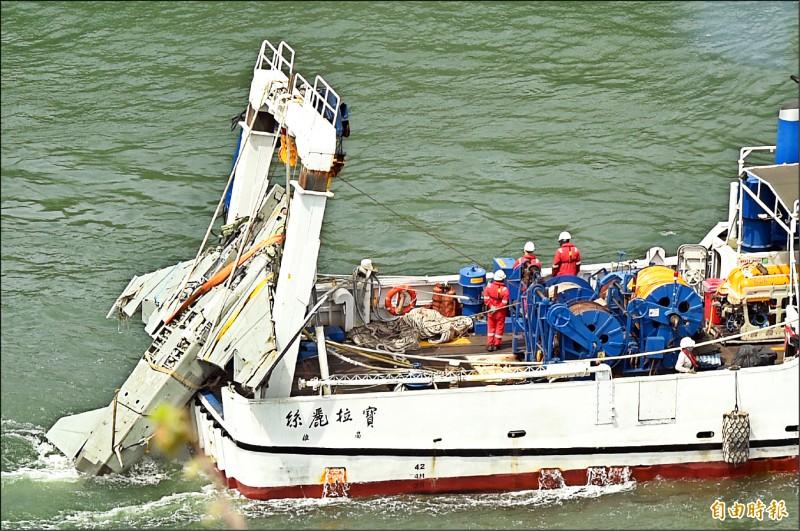 「寶拉麗絲號」前天在加路蘭海域打撈出水的F-5E戰機殘骸,已於昨天下午運抵高雄港。(記者張忠義攝)
