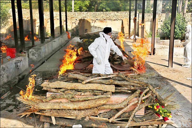 印度近日每天逾三千人死於武漢肺炎,造成火葬場處理件數大增。(美聯社)