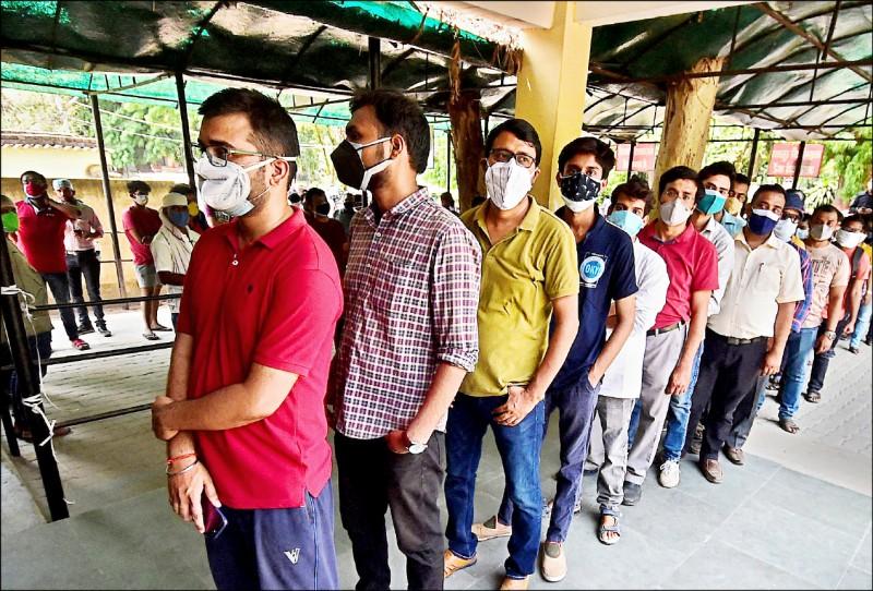 印度疫情直線上升,一名打過中國疫苗的台幹仍染疫身亡。圖為印度北方邦的阿拉哈巴德(Allahabad)市民眾一日排隊搶打疫苗。(法新社)