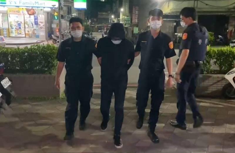 新北警林口分局逮回砍傷室友的林姓男子。(民眾提供)