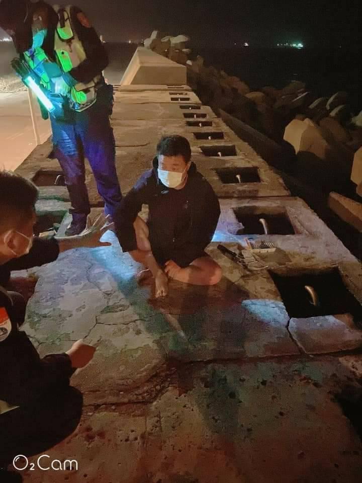 周姓男子自稱嚮往台灣自由民主,才駕橡皮艇投奔來台。(民眾提供)