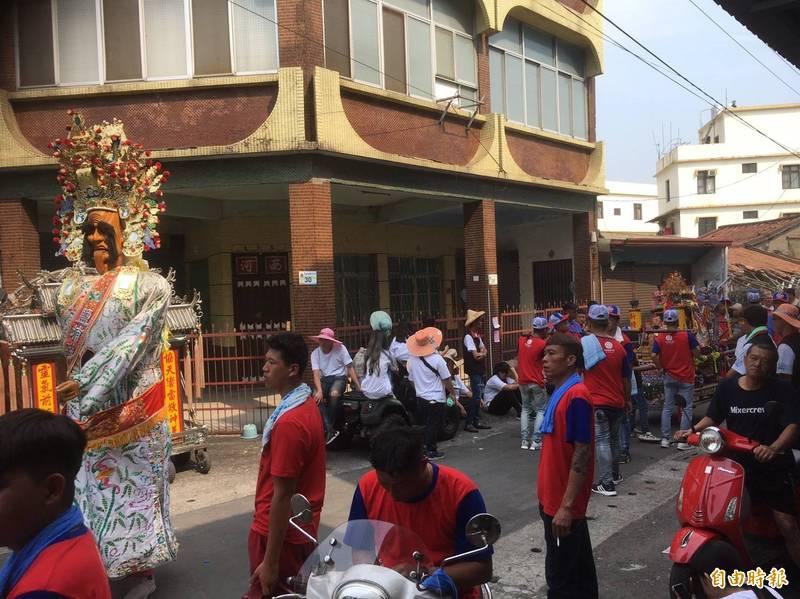 萬丹萬惠宮媽祖進行36圧平安遶境活動傳出意外。(記者葉永騫攝)