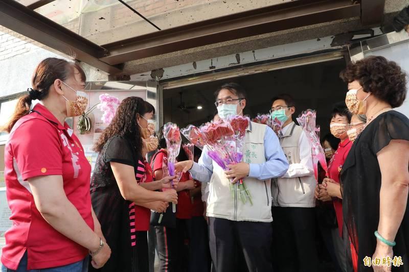台南市長黃偉哲今聽取六甲區政成果,也贈火鶴花祝婦女朋友母親節快樂。(記者王涵平攝)