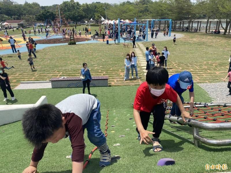 金門首座親子公園裡的設施有適合各年齡層的遊憩設施。(記者吳正庭攝)