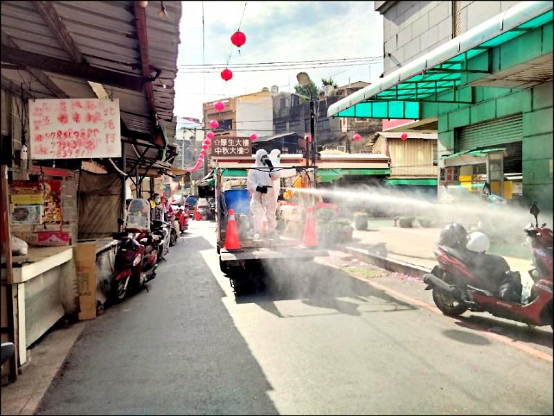 北港清潔隊緊急在北港商圈及週邊環境消毒。(記者林國賢翻攝)