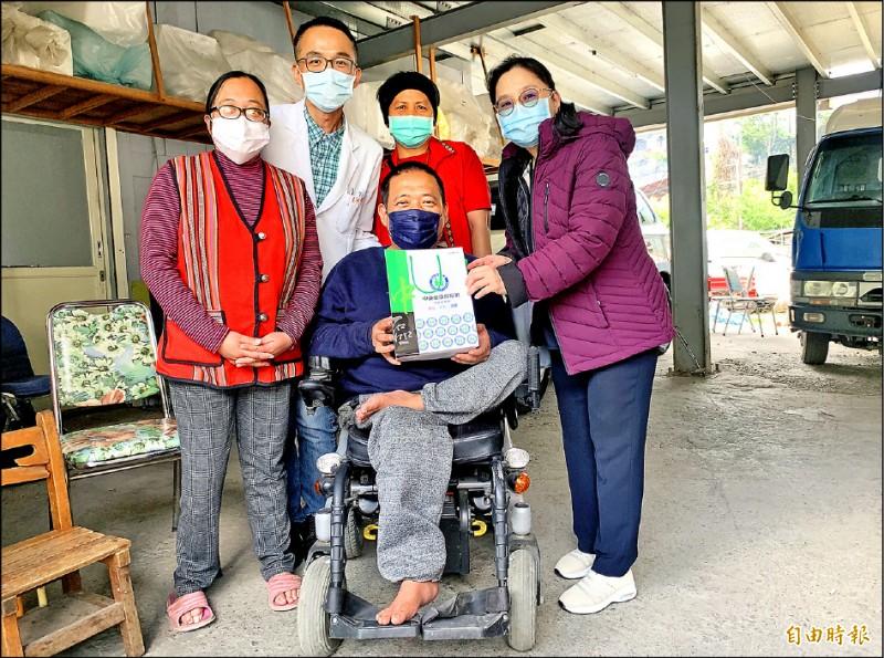 健保署中區業務組長李純馥(右一)為正中(前)、佩玲(左一)打氣。 (記者蔡淑媛攝)