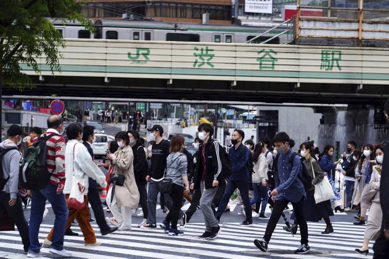 日本東京政府近日在澀谷、原宿、新宿進行調查,發現雖然疫情嚴重,但仍有許多的年輕人外出,他們主要認為「戴了口罩,所以沒關係」。圖為澀谷。(美聯社)