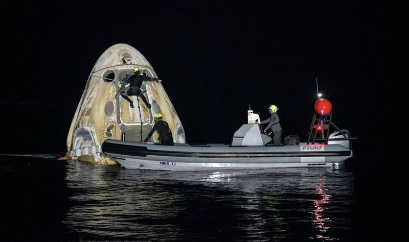 載著4名太空人返回地球的太空探索科技公司(SpaceX)天龍(Crew Dragon)太空艙今天凌晨降落在美國佛州外海。這是美國國家航空暨太空總署50多年來第一次夜間海上降落。(路透)