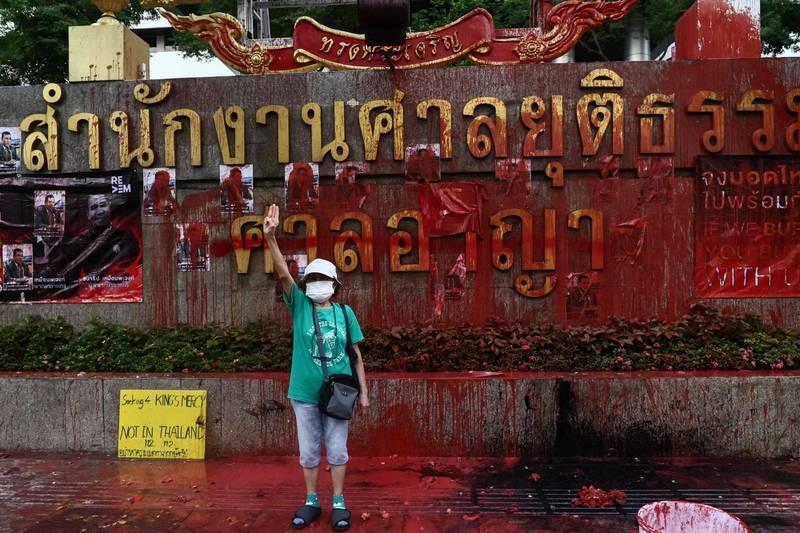 数百名泰国示威者今日对曼谷法院泼红漆,要求释放所有遭逮捕关押的政治犯。(法新社)(photo:LTN)