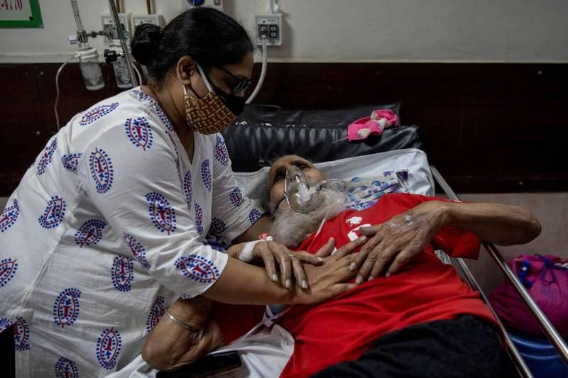 新德里高等法院今日表示,對於無法確實完成運送政府所配給的氧氣的政府官員,將予以懲罰。(路透)