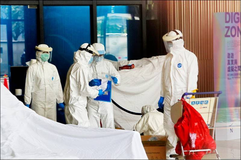 諾富特飯店爆發武漢肺炎群聚感染,疫情指揮中心研判機師與飯店員工可能有交互傳染的連結情況。(中央社)