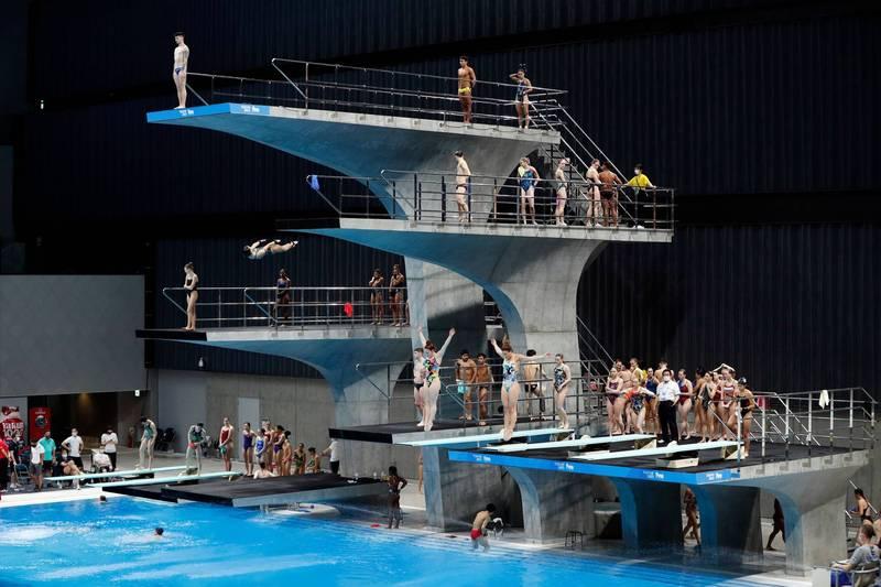 跳水世界盃5月1日開幕,比賽間的練習時段出現選手在跳台上聚集、未保持社交距離的情況。(法新社)