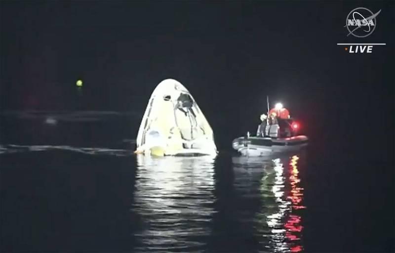 SpaceX飛龍號太空船堅韌號太空艙,於美東時間2日凌晨接近3時左右(台灣時間2日下午3時)載著4名太空人順利回到地球。(美聯社)