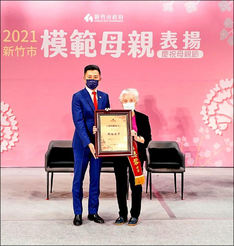 林智堅與92歲模範母親唐周聰蓉。(市府提供)
