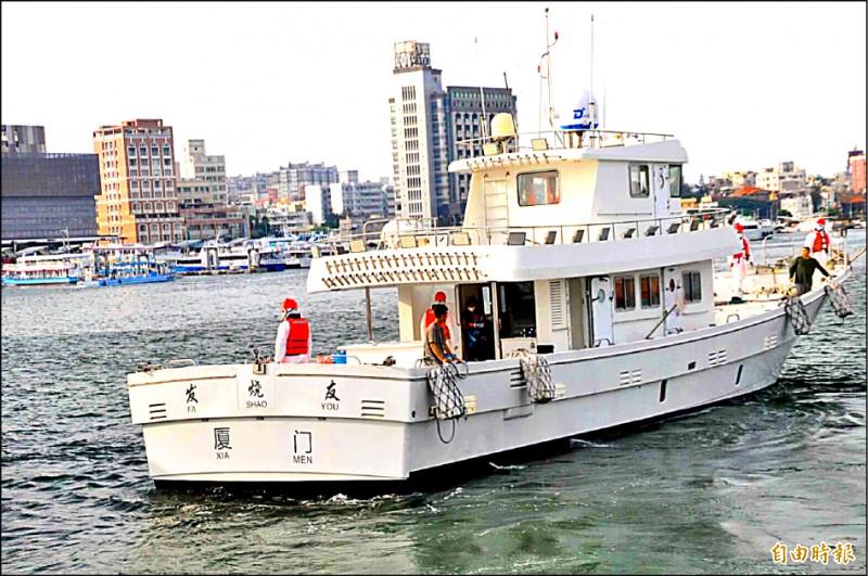 中國海釣船公然越界營業,還刻意塗裝成台灣遊艇或漁船顏色。(記者劉禹慶攝)