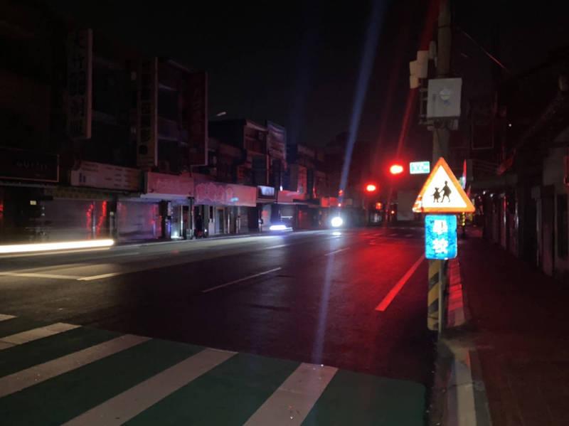桃園市昨天深夜無預警大規模停電,民眾怨聲不斷。(記者魏瑾筠翻攝)